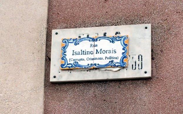 A placa falsa foi colocada em cima da verdadeira com o nome de Rua 7 de Junho de 1759