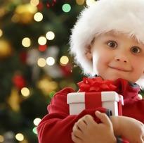 criança com presente de Natal