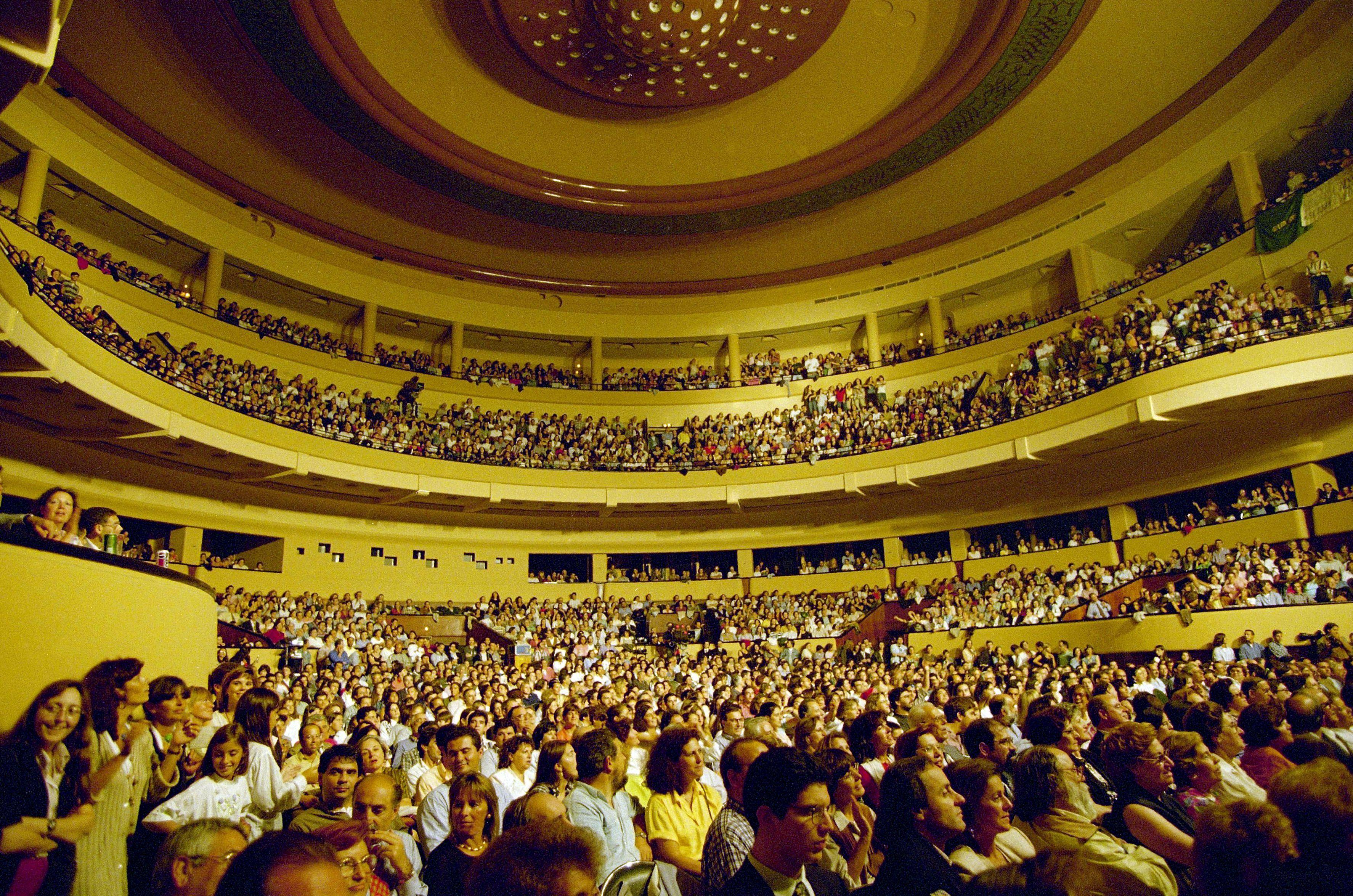 Teatros e cinemas podem reabrir com todas as filas ocupadas, diz ministra da Cultura