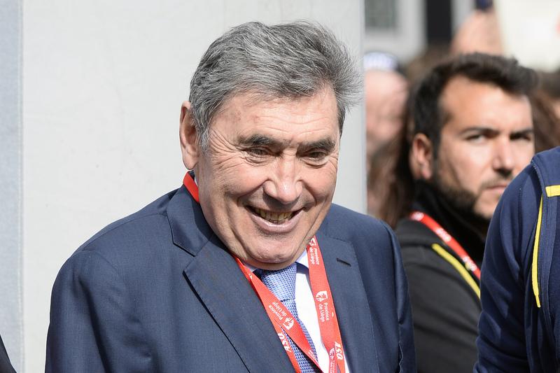 Eddy Merckx hospitalizado após queda de bicicleta